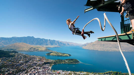 Ledge Bungy Jumping in Queenstown with T-Shirt